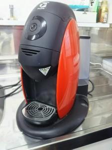 ほこりをかぶって使われなくなった。我が家の家庭用エスプレッソマシン。やっぱりコーヒーはミルでじっくり挽きながら香りを楽しみたいものです。
